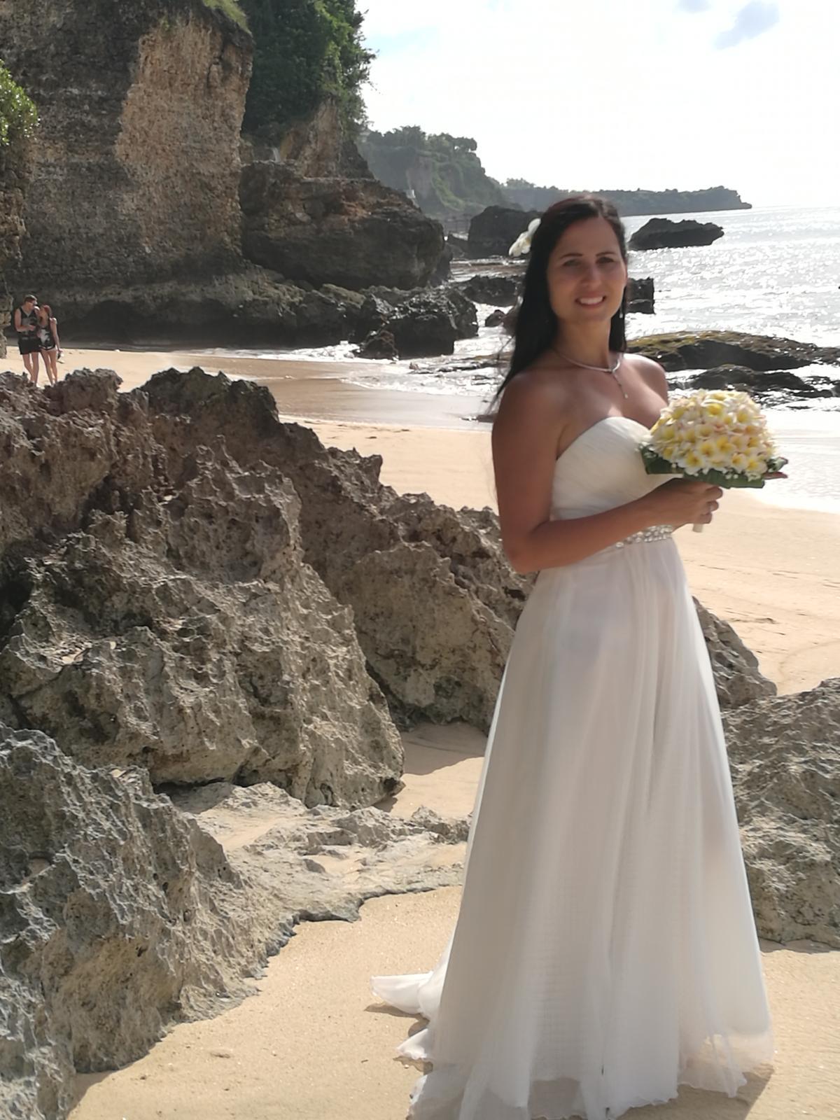 9bc1f48c6294 Biele spoločenské šaty - jednoduché svadobné šaty