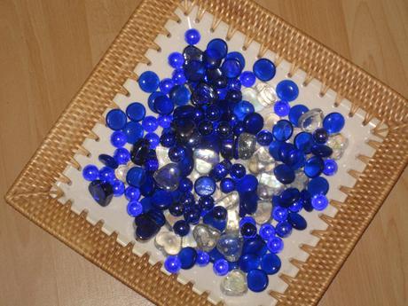 Misa č.1 s modrými a bielymi kameňmi,