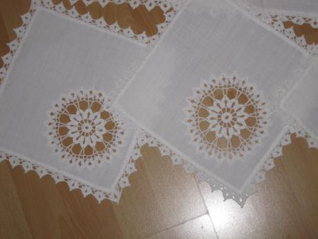 Sada biela 1 x obrus (3 kvetinky) + 4 x dečky ,