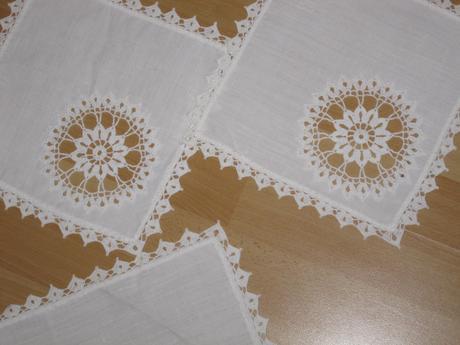 Sada biela 1 x obrus (4 kvetinky) + 4 x dečky ,