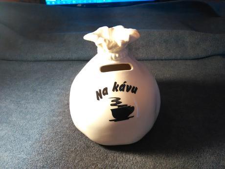 """Pokladnička s nápisom """"Na kávu"""","""