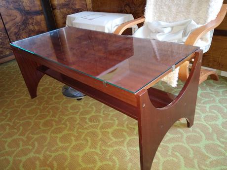 Drevenný konferenčný stolík s poličkou ,