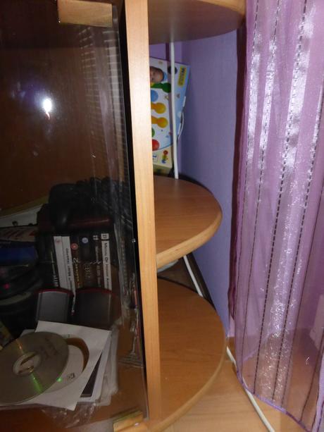 Drevený masívny stolík pod TV,