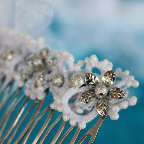 Frivolitkovaná spona Květina v krajkovém oděvu,