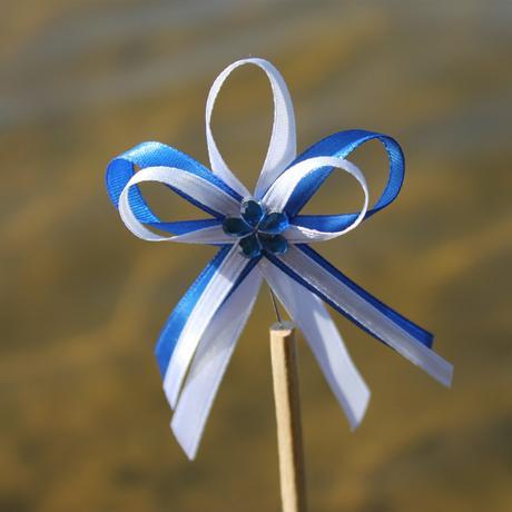 Modrý vývazek složitější se špendlíkem,