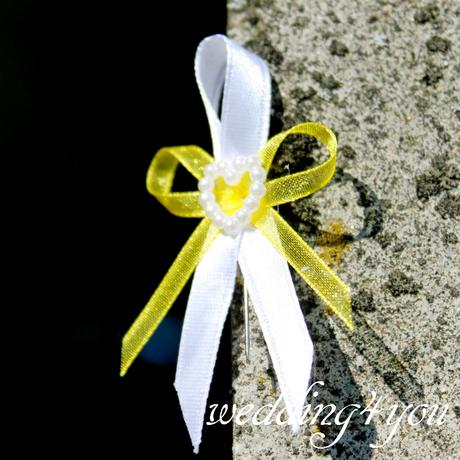Vývazek žluto-bílý se špendlíkem,