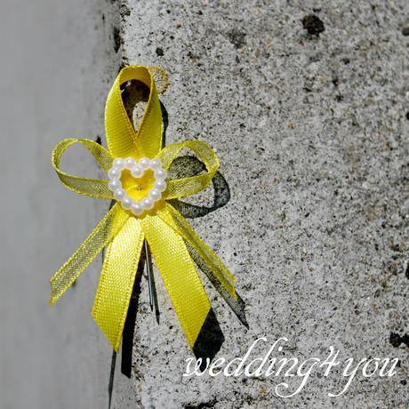 Vývazek žluto - žlutý se srdíčkem a špendlíkem,