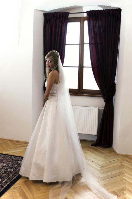 Svatební šaty pošité růžovými korálky, 38