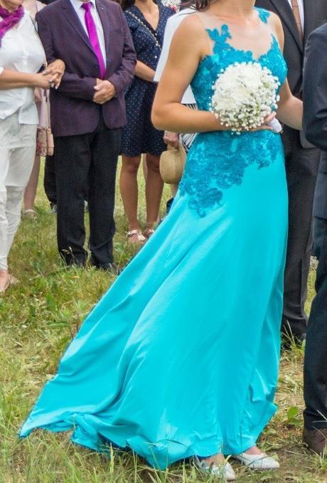 fcf0a0739cc9 Tyrkysové svatební šaty s krajkou