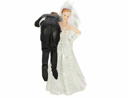 Figurka Nevěsta s ženichem na rameni,