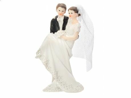 Figurka Ženich držící nevěstu v náruči,