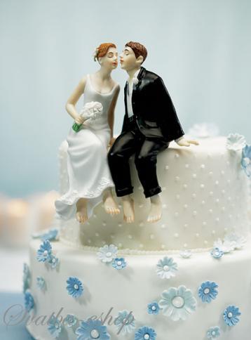 Svatební figurka Novomanželé sedící na dortu,