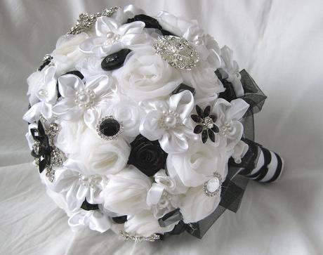 Bílo černá brožová,