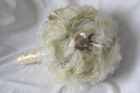 Látková svatební kytice s brožemi,
