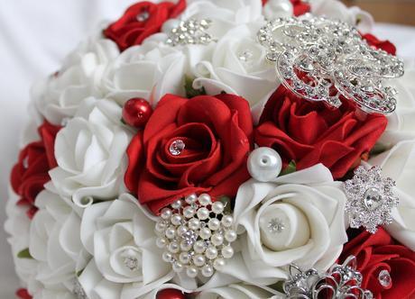 Převislá svatební kytice červeno-bílá,