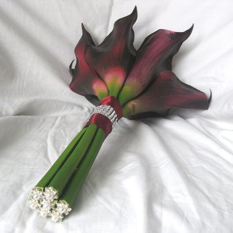 Svatební kytice kaly burgundy,