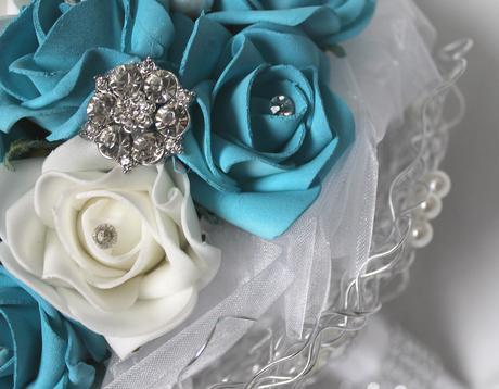 Svatební kytice tyrkysová s brožemi,