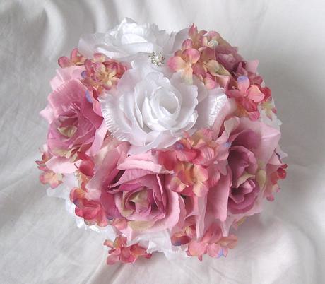 Svatební kytice z velkých růží,