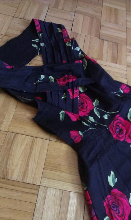 Čierne šaty s kvetmi, 38