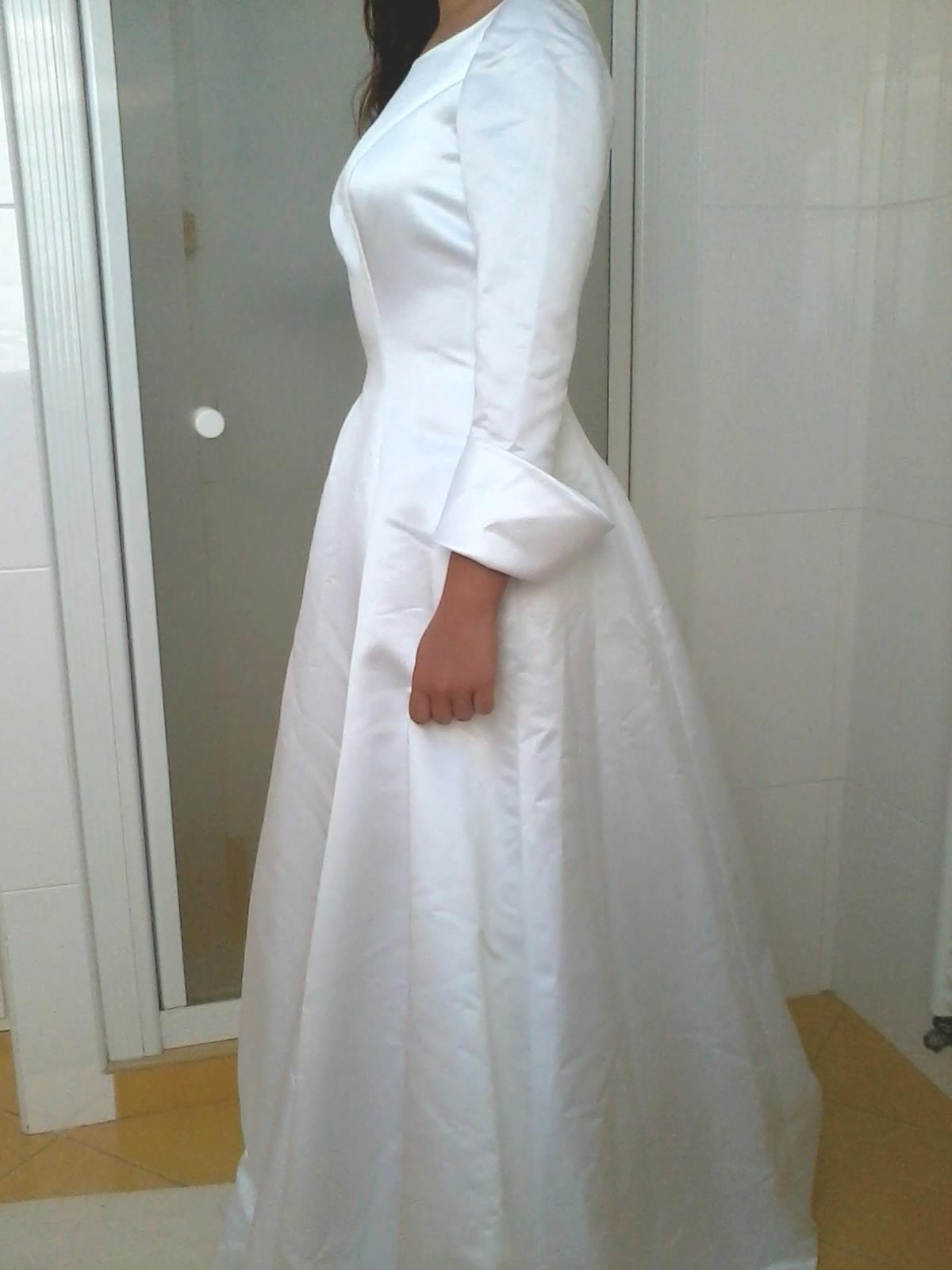 Saténové svatební šaty s dlouhým rukávem 0c585a8e94