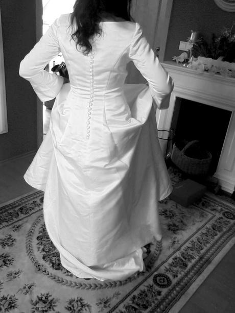 Saténové svatební šaty s dlouhým rukávem, 38