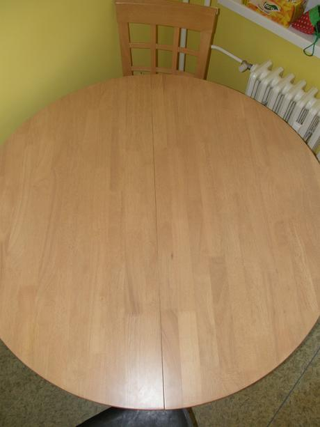 Jedálenský stol so stoličkami,