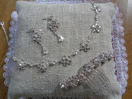 Nahrdelník, nausnice a hrebienok,
