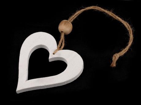 Dřevěná dekorace-srdce 8x9 cm,