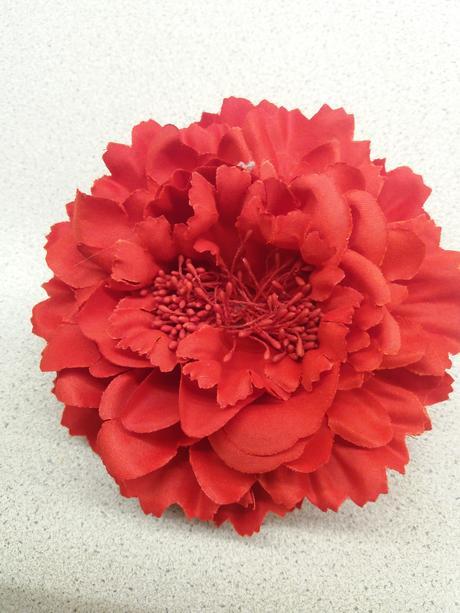 Červená květina do vlasů,