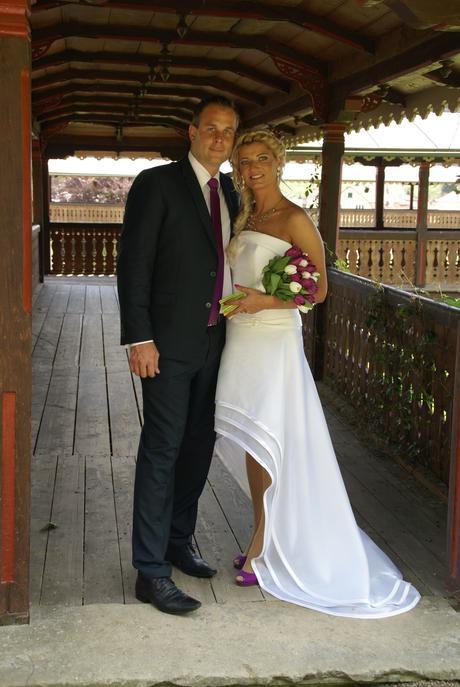 Asymetrické svatební šaty, 38