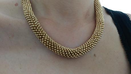 Elegntni dámský náhrdelník zlaté barvy,