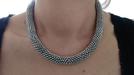 Luxusní dámský náhrdelník stříbrné barvy,