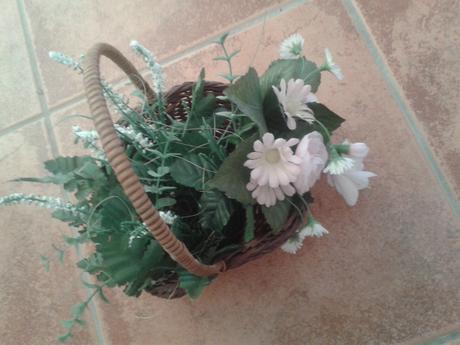 Pekná dekorácia -umelá kvetinka v košíku,