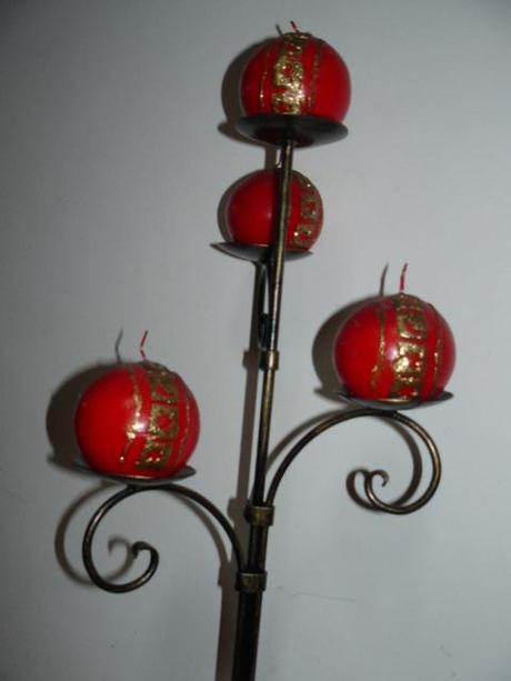 kovový svietnik aj so sviečkami,