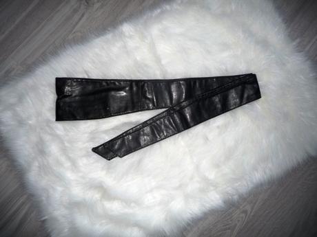 Nenosený čierny koženkový opasok,