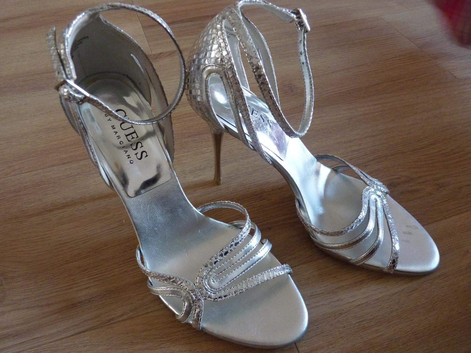 17921a023159 Stříbrné sandálky guess by marciano