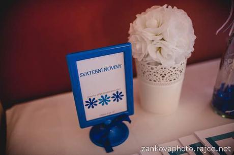 Bílá dekorační květina s poutkem,