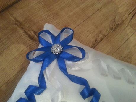 Polštářek pod prstýnky ze saténu v modré barvě,