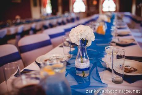 Skleněné vázy zdobené krajkou a saténovou stuhou,