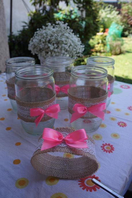 Vázy s jutou a růžovou mašličkou,