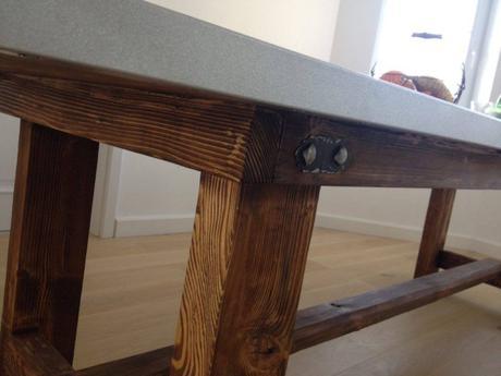 luxusny masivny stol s plechom,
