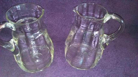 Staré sklenené džbány,