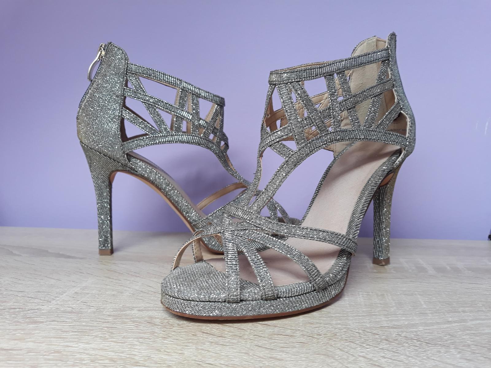 57c9261df529 Strieborné spoločenské sandále
