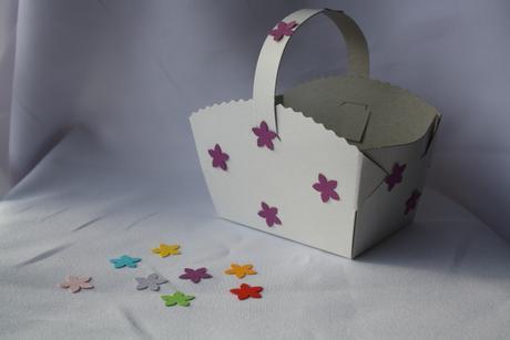 Košíček na koláčky zdobený kytičkami,