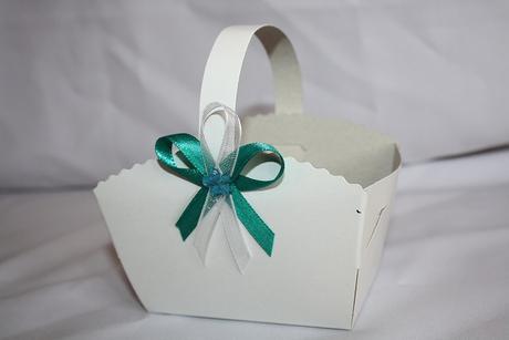Košíček na svatební koláčky s vývazkem,