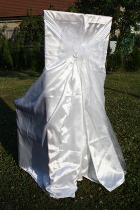 Svatební potah na židle s bílou mašlí,