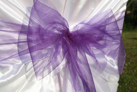 Svatební potah na židle s fialovou mašlí,
