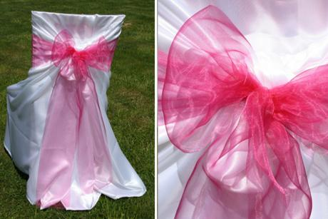Svatební potahy na židle s růžovou mašlí z organzy,