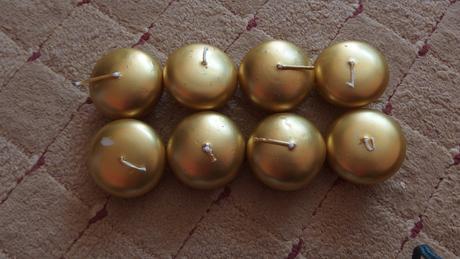 zlaté plovoucí svíčky,