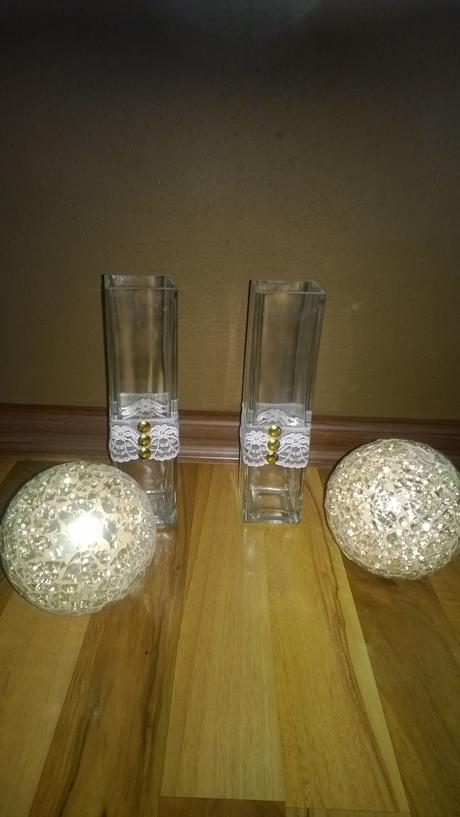 4 ručně zdobené vázy se 2 zlatými koulemi,
